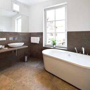 Das Badezimmer der Suite Liz ist hell und modern.